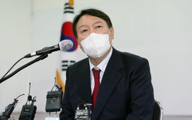 국민의힘 대권주자인 윤석열 전 검찰총장이 11일 대구시당에서 기자회견을 하고 있다. 연합뉴스