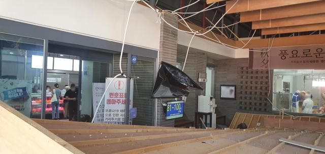 경산에서 정육점 천장이 무너져 안에 있던 손님 6명이 중경상을 입었다. 경산소방서 제공