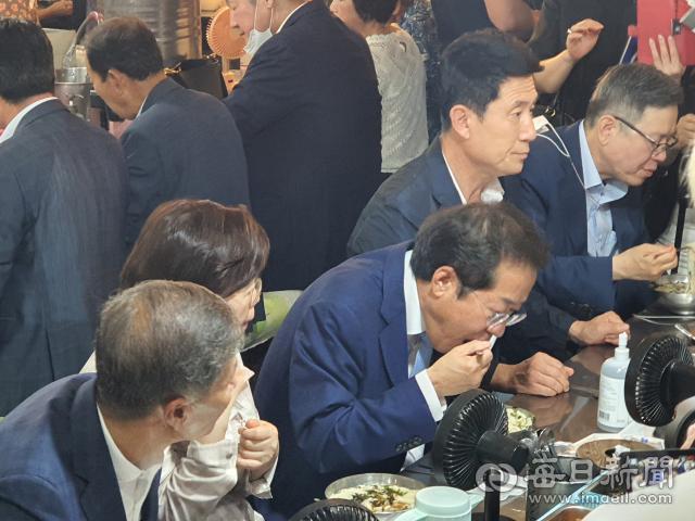 홍준표 국민의힘 대선후보가 포항 죽도시장 먹자 골목에서 칼국수와 수제비를 섞은 칼제비로 점심 식사를 하고 있다. 신동우 기자