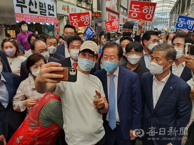 11일 포항 죽도시장을 찾은 홍준표 국민의힘 대선후보가 한 행인과 기념 셀카를 찍고 있다. 신동우 기자