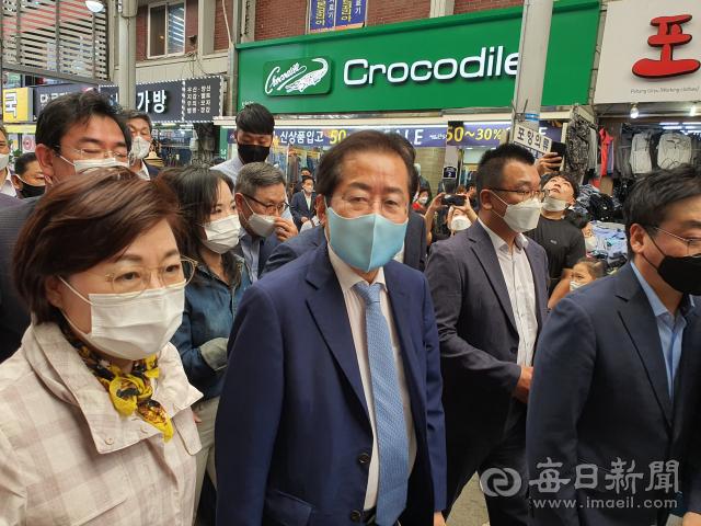 홍준표 국민의힘 대선후보가 포항 죽도시장에서 거리 유세를 나서고 있다. 신동우 기자