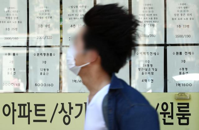 12일 서울부동산정보광장에 따르면 지난달 서울에서 체결된 아파트 임대차 계약(계약일 기준)은 총 1만2천567건으로, 이 가운데 월세가 조금이라도 낀 계약은 39.4%(4천954건)를 차지했다. 사진은 서울 시내 부동산 모습. 연합뉴스