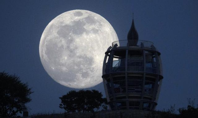올해 추석날 한가위 보름달을 보기가 쉽지 않을 전망이다. 사진은 지난 4월 27일 밤 경북 칠곡군의 명물인 자고산(해발 303m) 정상에 세워진 칠곡 평화전망대 뒤편으로 '핑크 슈퍼문'이 떠오르는 모습. 매일신문 DB