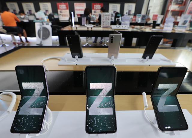 서울 종로구 광화문 kt스퀘어에 삼성전자의 '갤럭시 Z폴드3'와 '갤럭시 Z플립3'가 전시돼있다. 연합뉴스