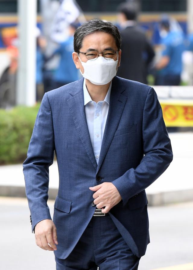국회 패스트트랙 충돌 사건으로 재판을 받고 있는 국민의힘 곽상도 의원이 30일 서울 남부지법에서 열리는 속행 공판에 출석하고 있다. 연합뉴스