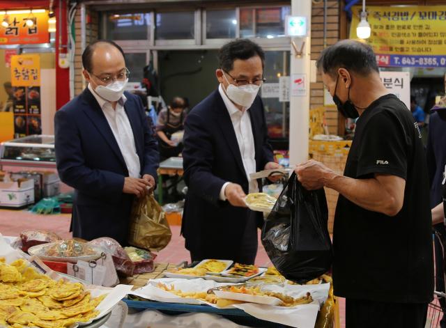 조정목 대구지방국세청장(사진 가운데)16일 대구 달서구 월배시장을 찾아 상품을 구매하고 있다. 대구지방국세청 제공