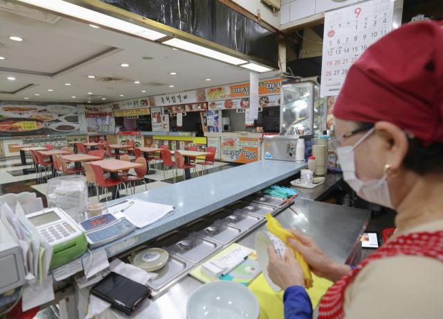 16일 오전 대구 북구의 한 대형마트 푸드코트에 '무상임대' 안내문이 붙은 가게를 시작으로 빈 가게가 줄지어 있다. 안성완 기자 asw0727@imaeil.com