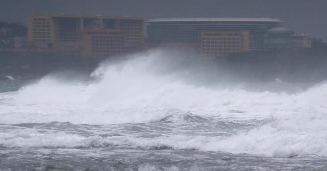 제주도에 태풍경보가 내려진 16일 오후 서귀포시 중문 해안에 거센 파도가 몰아치고 있다. 연합뉴스