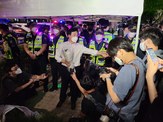 16일 저녁 서울 국회의사당역 인근에 자영업자 추모 분향소를 설치하려는 전국자영업자비상대책위원회(비대위)와 이를 저지하려고 나선 경찰이 대치 중이다. 사진 속 흰 셔츠를 입은 인물은 원희룡 전 제주도지사