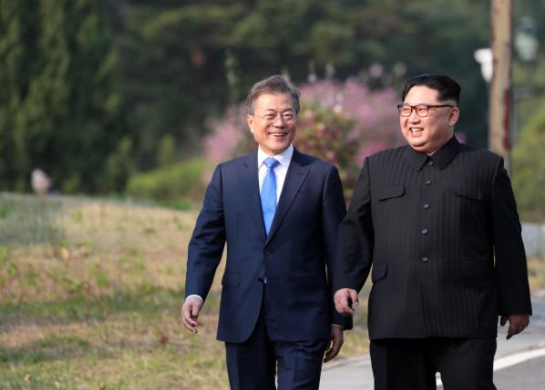 """美 월스트리트저널, 文대통령 """"북한 뭘 하든 원조한다"""