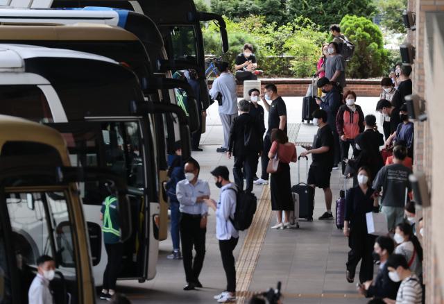 추석 연휴를 하루 앞둔 17일 서울 서초구 고속버스터미널에서 시민들이 이동하고 있다. 연합뉴스