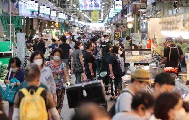 15일 한 전통시장에서 시민들이 각종 제수용품을 사기 위해 시장을 둘러보고 있다. 연합뉴스