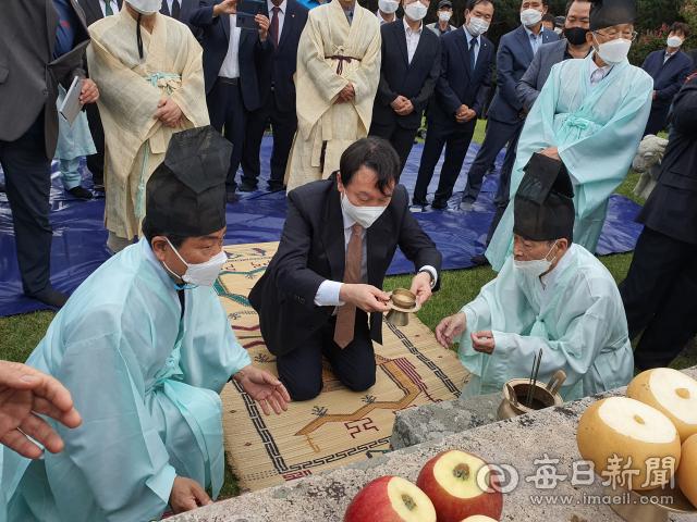 윤석열 국민의힘 대선 예비후보가 파평윤씨 시조묘에 제주를 올리고 있다. 신동우 기자