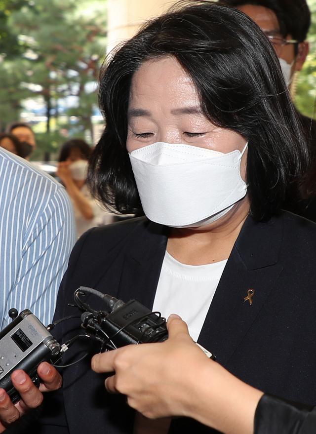 정의기억연대 후원금 유용 혐의 등으로 기소된 무소속 윤미향 의원이 17일 오후 서울 마포구 서부지법에서 열리는 2차 공판에 출석하고 있다. 연합뉴스