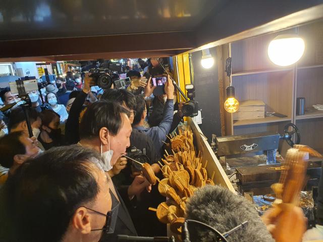 국민의힘 대권주자인 윤석열 전 검찰총장이 17일 오후 경주 황리단길을 방문해 길거리 음식을 맛보고 있다. 독자 제공