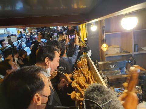 """경주 황리단길 찾은 윤석열 """"정권교체 반드시 해내겠다"""""""