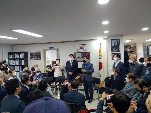 국민의힘 대선주자인 윤석열 전 검찰총장이 17일 오후 경주시당원협의회 사무실을 방문해 당원들에게 지지를 호소하고 있다. 독자 제공