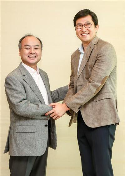 손정의 소프트뱅크그룹 회장(왼쪽)이 2018년 11월 일본 도쿄 본사에서 김범석 쿠팡 창업자와 기념촬영을 하고 있다. 쿠팡 제공