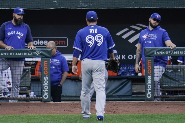토론토 블루제이스의 류현진(가운데)이 18일(한국시간) 캐나다 온타리오주 토론토 로저스센터에서 열린 미국프로야구 메이저리그(MLB) 홈 경기에서 미네소타 트윈스를 상대로 선발 등판, 2이닝 만에 5실점으로 무너져 조기 강판당했다.사진은 지난 11일(현지시간) 볼티모어 오리올스와의 원정경기 더블헤더 1차전 3회에 강판당한 뒤 더그아웃으로 향하고 있는 모습. 연합뉴스