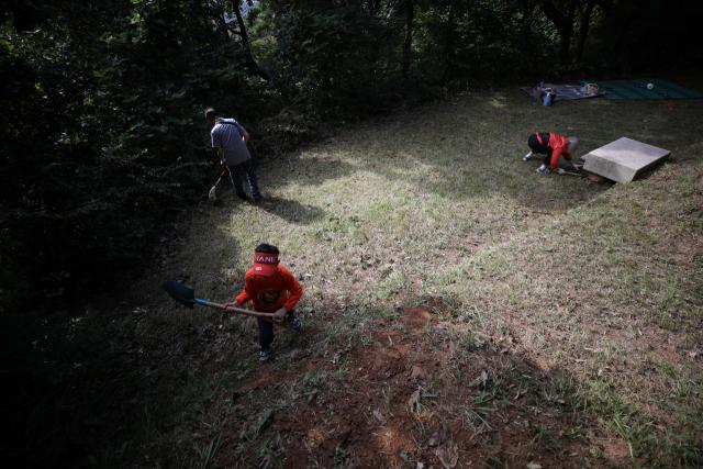 지난 12일 오전 서울 중랑구 망우리공동묘지를 찾은 시민들이 추석을 앞두고 벌초 작업을 하고 있다. 사진은 기사내용과 상관없음. 연합뉴스