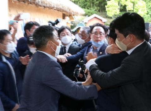 [포토뉴스] 유승민에게 달려드는 박근혜 전 대통령 지지자
