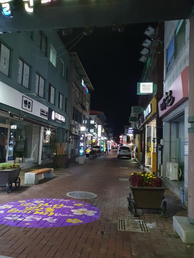 코로나19로 고향을 찾는 이들이 줄어들면서 예천읍 원도심 중심 상권을 찾는 방문객도 눈에 띄게 줄어든 모습니다. 윤영민 기자