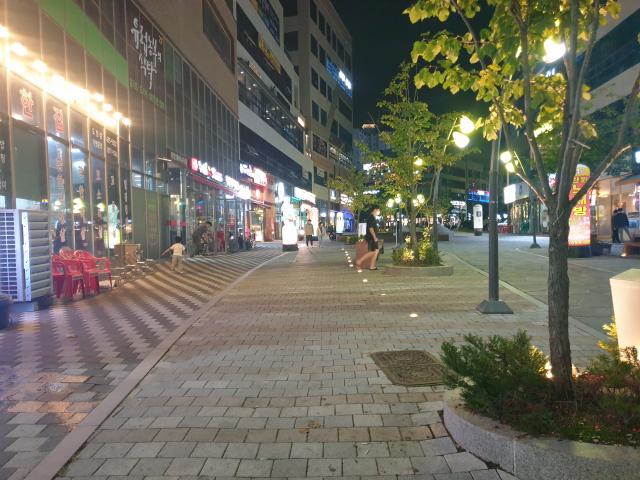 18일 저녁 추석 연휴가 시작됐지만, 고향 방문객이 줄어 경북도청 신도시 중심 상가는 다소 조용한 분위다. 윤영민 기자