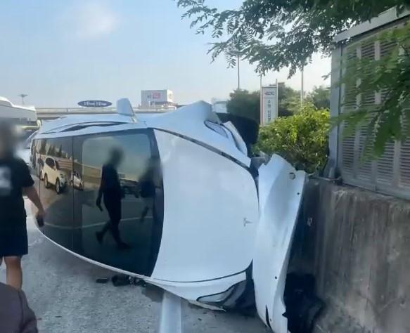 [영상] 고속도로 가로로 횡단한 K5, 테슬라와 충돌…