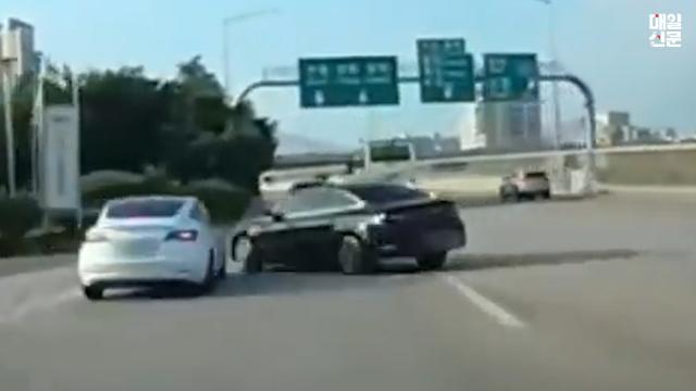 고속도로 대각선으로 가로지르는 K5차량과 충돌한 테슬라 차량. 출처=유튜브 한문철tv