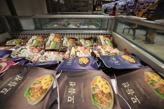 코로나19 장기화로 차례상을 간소화하거나 시판 제품으로 대체하는 경우가 늘고 있다. 사진은 16일 서울의 한 대형마트에 판매되는 간편식 제품들. 연합뉴스. 사진은 기사 내용과 무관함.