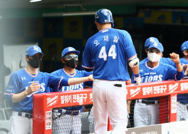19일 인천 SSG랜더스전에서 삼성라이온즈 오재일이 선제 솔로포를 터뜨린 후 덕아웃에서 환영을 받고 있다. 삼성라이온즈 제공