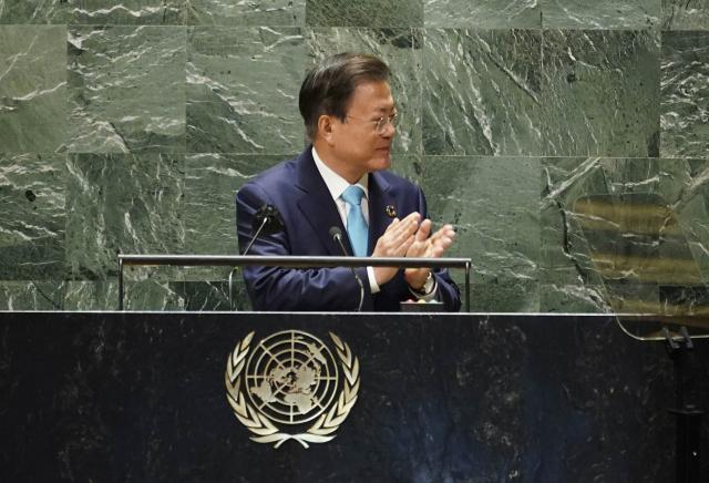 문재인 대통령이 20일(현지시각) 뉴욕 유엔본부 총회장에서 열린 제2차 SDG Moment(지속가능발전목표 고위급회의) 개회식에서 그룹 BTS(방탄소년단)를 소개하고 있다. 연합뉴스