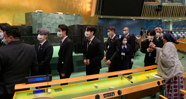 '아미'나 모하메드 UN 사무부총장, BTS 지민과 주먹 악수 화제