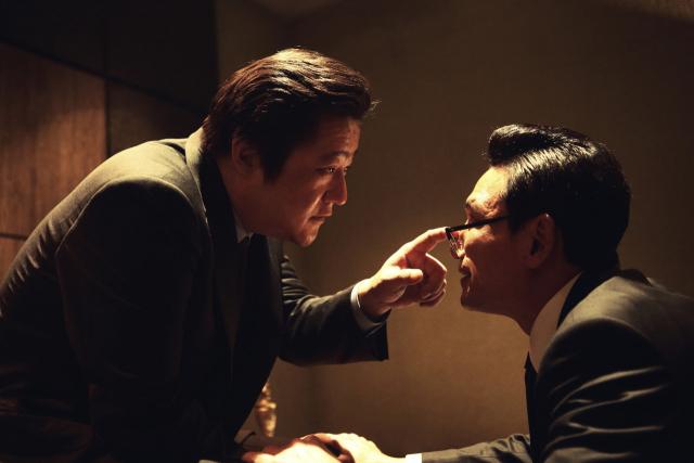 영화 '아수라'의 한 장면. 검사 김차인(곽도원 분)과 박성배(황정민 분) 안남시장.네이버 영화