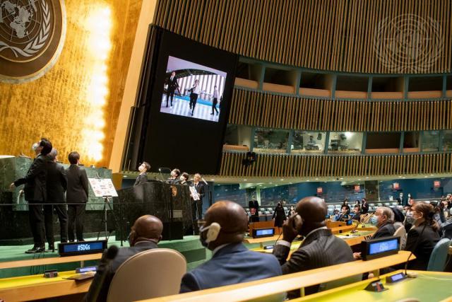 그룹 BTS(방탄소년단)이 20일(현지시각) 뉴욕 유엔본부 총회장에서 열린 제2차 SDG Moment(지속가능발전목표 고위급회의) 개회식에서 발언을 마치고 자신들의 뮤직비디오를 보고 있다. 연합뉴스
