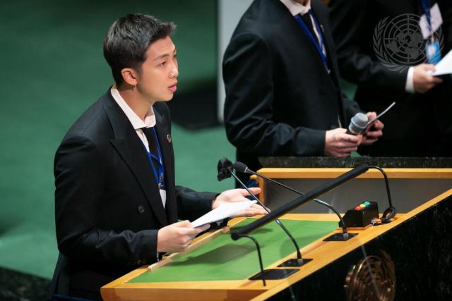그룹 BTS(방탄소년단) RM이 20일(현지시각) 뉴욕 유엔본부 총회장에서 열린 제2차 SDG Moment(지속가능발전목표 고위급회의) 개회식에서 발언하고 있다. 연합뉴스