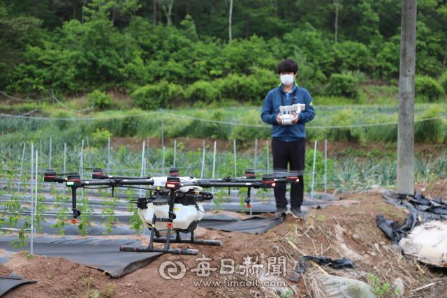 농업용 드론을 활용해 농사를 짓는 청년 농부 김일열 씨가 작업하는 모습. 김영진 기자