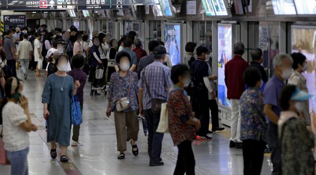 대구도시철도 1호선과 2호선 객실 내부에 내년까지 CCTV 설치가 의무화 된다. 사진은 지하철 탑승을 기다리는 승객 모습. 매일신문 DB