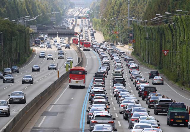 추석 연휴 마지막 날인 22일 오전 서울 서초구 잠원IC 인근 경부고속도로 하행선 위로 차들이 길게 늘어서 있다. 한편 한국도로공사는 귀경길 정체는 오후 4~5시에 가장 심해졌다가 오후 10~11시 즈음 해소될 것으로 내다봤다. 연합뉴스
