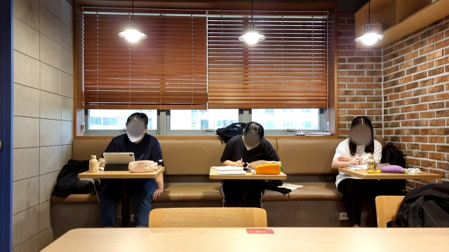 21일 오후 4시쯤 찾은 대구 수성구에 있는 한 스터디카페. 추석에도 학생들이 열심히 공부하고 있다. 윤정훈 기자
