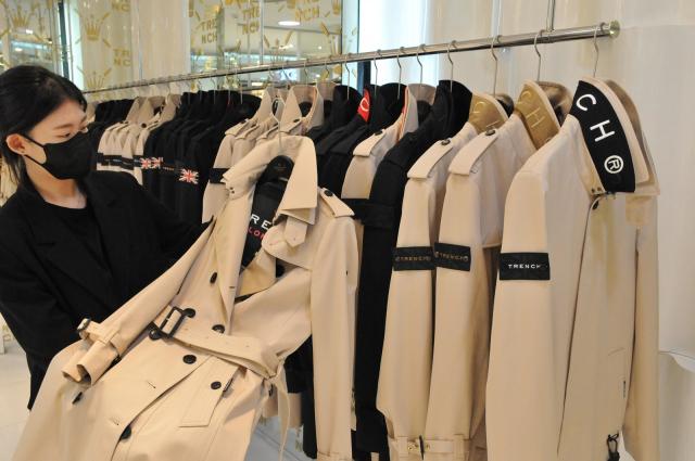 롯데백화점 대구점은 2층 해외패션관 영국 프리미엄 패션 브랜드 '트렌치 런던'에서 다양한 트렌치코트를 선보인다고 22일 밝혔다. 트렌치코트는 특유의 클래식함과 어디에나 어울리는 스타일을 연출할 수 있어 가을을 대표하는 아이콘으로 불린다. 롯데백화점 제공