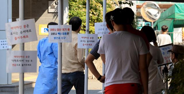 22일 대구 수성구 보건소 선별진료소에서 시민들이 코로나19 검사를 받기 위해 대기하고 있다. 김영진 기자 kyjmaeil@imaeil.com