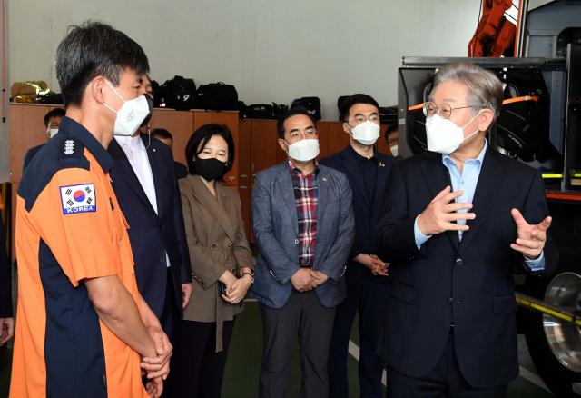 더불어민주당 대권주자인 이재명 경기지사가 22일 서울 동작소방서를 찾아 사회 필수 인력인 소방관들을 격려하고 있다. 연합뉴스