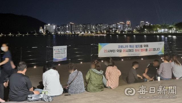 지난 22일 오후 10시 20분쯤 수성구 두산동 수성유원지에는 사람들이 모여 음식을 먹고 있다. 임재환 기자