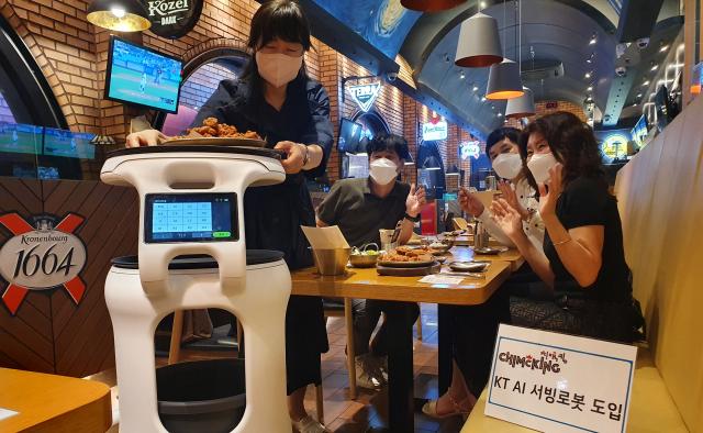 '주문한 음식 나왔습니다' 대구경북에도 AI 서빙로봇 등장