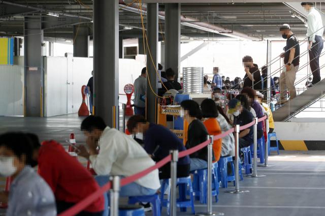 추석 연휴가 끝난 23일 오후 광주 북구보건소 선별진료소에 코로나19 진단검사를 받으려는 시민들의 방문이 이어지고 있다. 연합뉴스