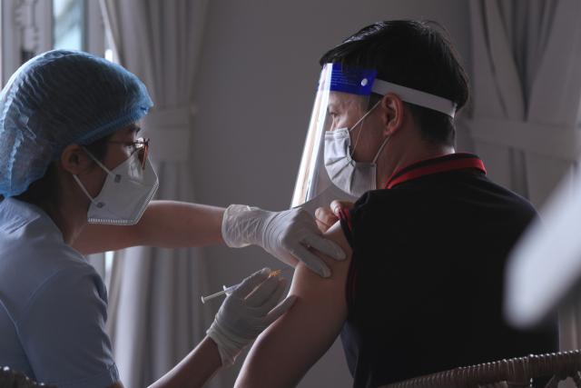 신종 코로나바이러스 감염증(코로나19) 4차 유행이 확산 중인 베트남 남부 붕따우에서 한 남성이 코로나19 백신을 맞고 있다. 사진 연합뉴스