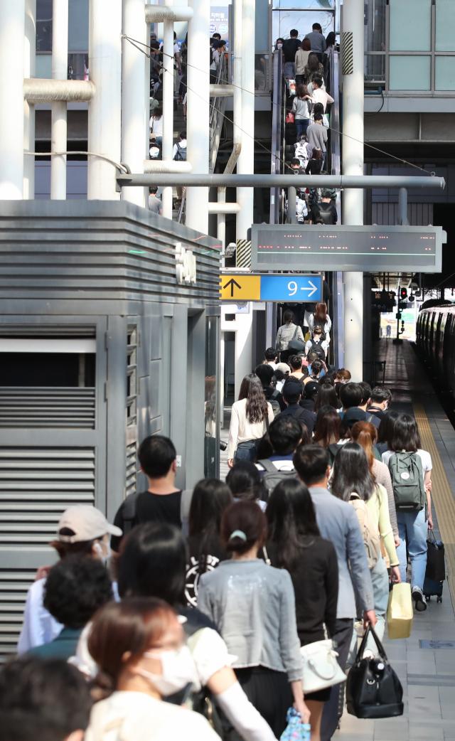 추석 연휴 마지막 날인 22일 서울역에서 열차에서 내린 귀경객들이 역사로 향하고 있다. 연합뉴스