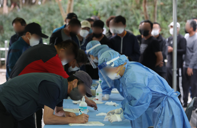 코로나19 신규 확진자가 3천 명을 돌파한 가운데, 25일 오전 대구 두류야구장 임시 선별검사소를 찾은 많은 시민들이 코로나19 검사를 받기 위해 줄지어 기다리고 있다. 안성완 기자 asw0727@imaeil.com