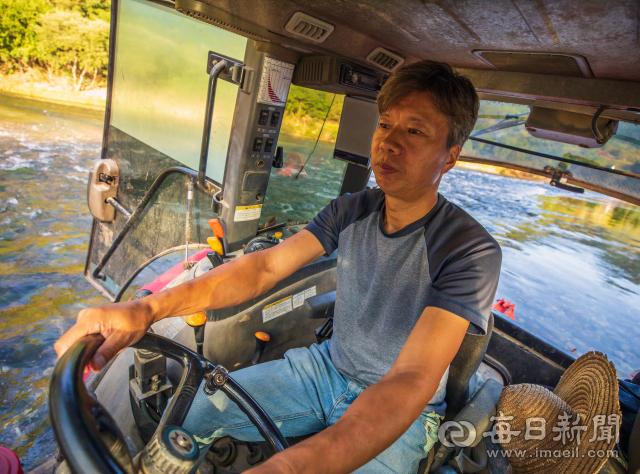 맹개마을을 드나드는 유일한 교통수단인 트랙터를 몰고 강을 건너는 박성호 소목화당 대표. 김태형 선임기자 thk@imaeil.com